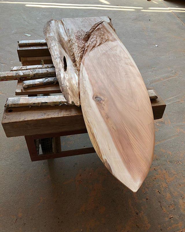 木頭杉の一枚板から彫り出してウッドサーフボードに。変化していく様を表現していきます。だいぶ雰囲気が出てきました^_^#woodenart #woodart #woodworking #woodboard#woodsurfboards #wooddisplay #木頭杉#redcedar @woodboardkuku @nakawood