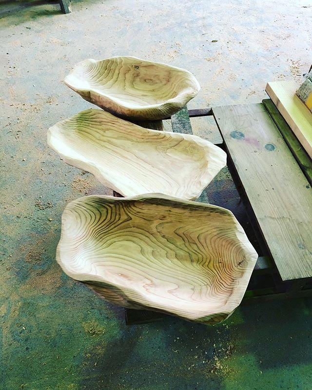 木沢ヨンロッパ食堂のオリジナルプレート製作中ビュッフェ用の大皿を一枚板から手彫りで製作してます。#woodboardkuku#woodtray #木頭杉#woodplate #木の皿#木の器#手彫り@woodboardkuku @mebina