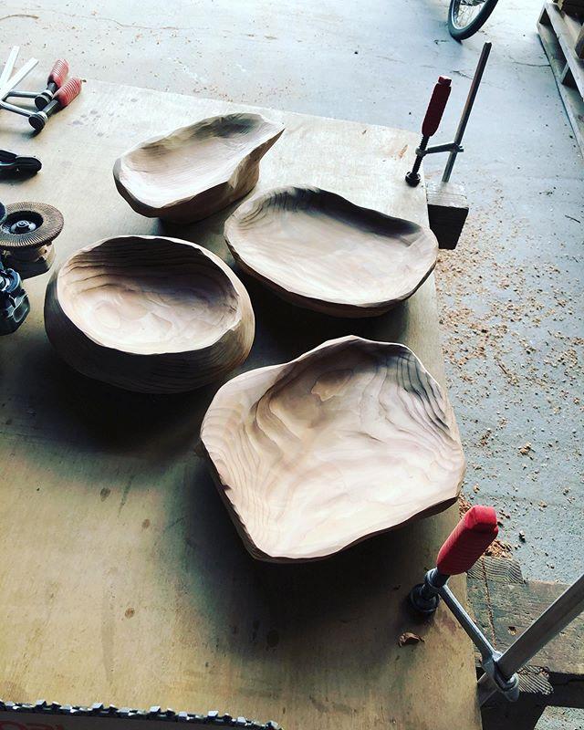 KUKU手彫りプレート製作してて、つい没頭していく。何もない設計図木目の表情を見ながら彫っていくフリースタイル自分には合ってるかも^_^#woodboardkuku#木頭杉#woodtray #woodplate #手彫り@nakawood @woodboardkuku