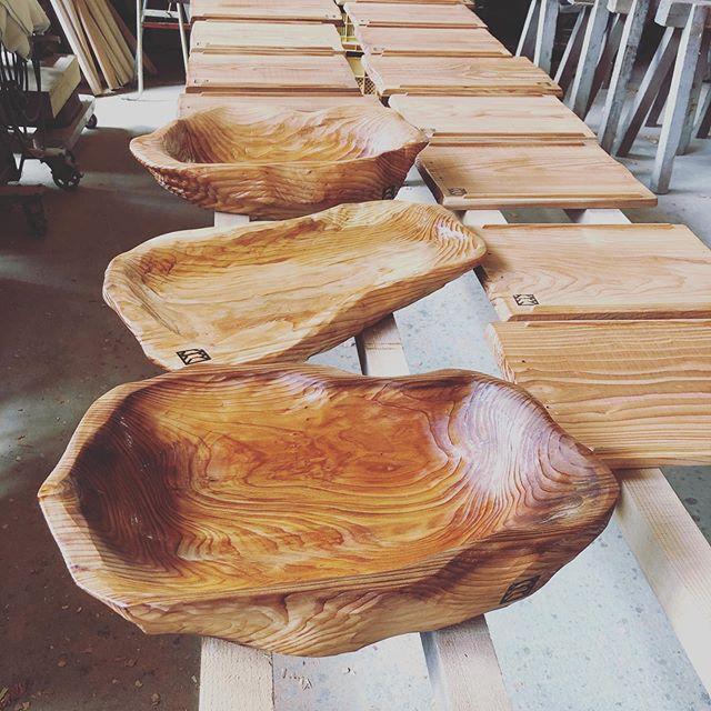 ヨンロッパ食堂×KUKUヨンロッパ食堂オリジナルプレート、トレー仕上げの塗装。今回は手彫り、エイジング風に仕上げました^_^味のある風合いになってます!#woodboardkuku#木頭杉#woodtray #woodplate #手彫り#木工#ヨンロッパ食堂#木沢@nakawood @mebina