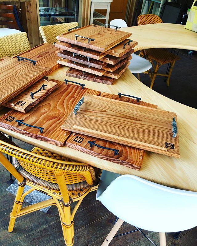 木沢ヨンロッパ食堂のオリジナルトレーと大皿を納品させていただきましたー^_^早くこの作品たちが活躍出来ますように。#woodboardkuku#woodtray #woodplate #木頭杉#手彫り#那賀町産#天然木#木の器 #木の皿#cafe #ヨンロッパ食堂 @woodboardkuku @mebina @nakawood