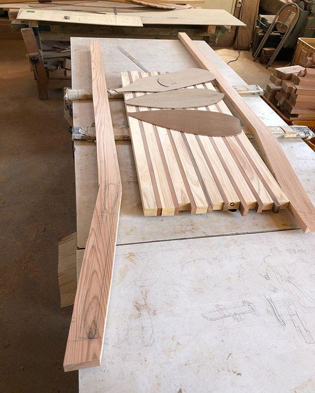 KUKUパドル製作中木頭杉のあらゆる部位を組み合わせて作ります。木取り作業にしっかり時間をかけて選別し、一本づつ丁寧に仕上げていきます。#woodboardkuku#木頭杉#woodpaddle #suppaddle #sup#サップパドル#ウッドパドル#天然木#一点もの@nakawood @woodboardkuku
