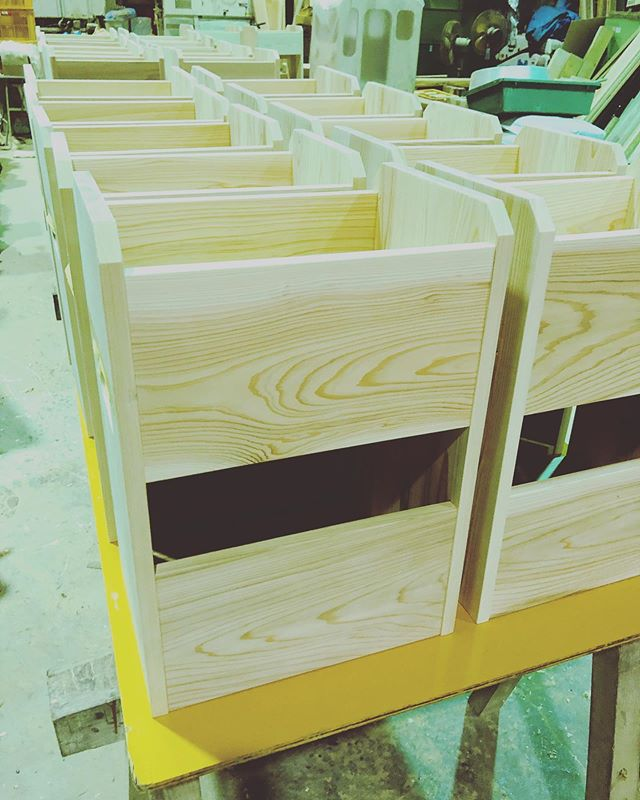 KUKU製作チームの木工作業急ぎの案件を総出で仕上げてます!組み立て作業や塗装のお手伝い。KUKU製品もこの後、新作に取りかかります^_^#woodboardkuku #木頭杉#徳島#県産材 #那賀町#木工#woodworking @nakawood