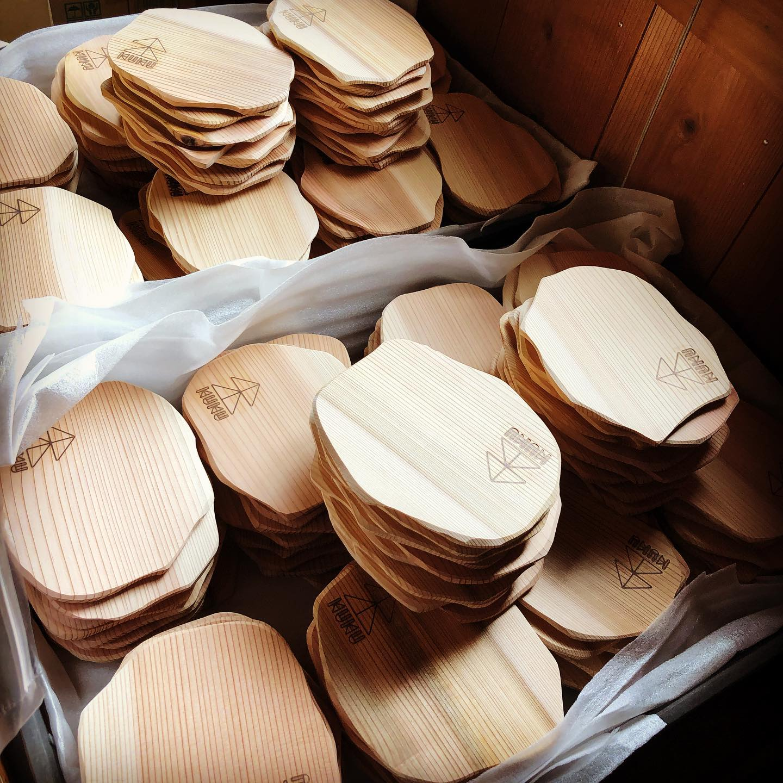 KUKUコースター裏側にはKUKU焼印が入ってます。これから、表面にレーザー加工でオリジナルロゴを入れていきます。#cooster #woodplate #木頭杉#星野リゾートリゾナーレ熱海 #コースター#プレゼント#ギフト#woodworking @woodboardkuku @nakawood