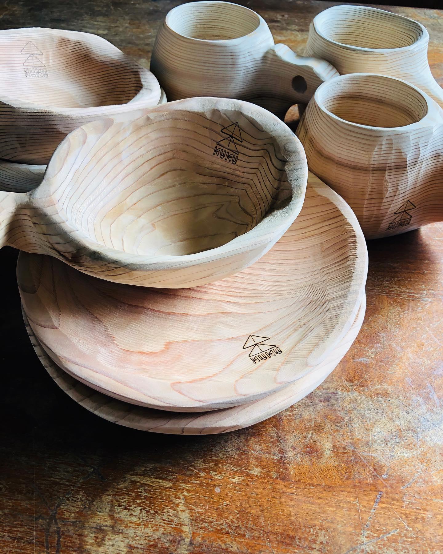 KUKU GOODSNEWデザインの一点物プレートたちにもKUKUロゴが入りました。#woodboardkuku#woodcup #woodplate #bbq #camp#ソロキャンプ #手彫り#ハンドメイド#木製プレート #木製食器 @nakawood