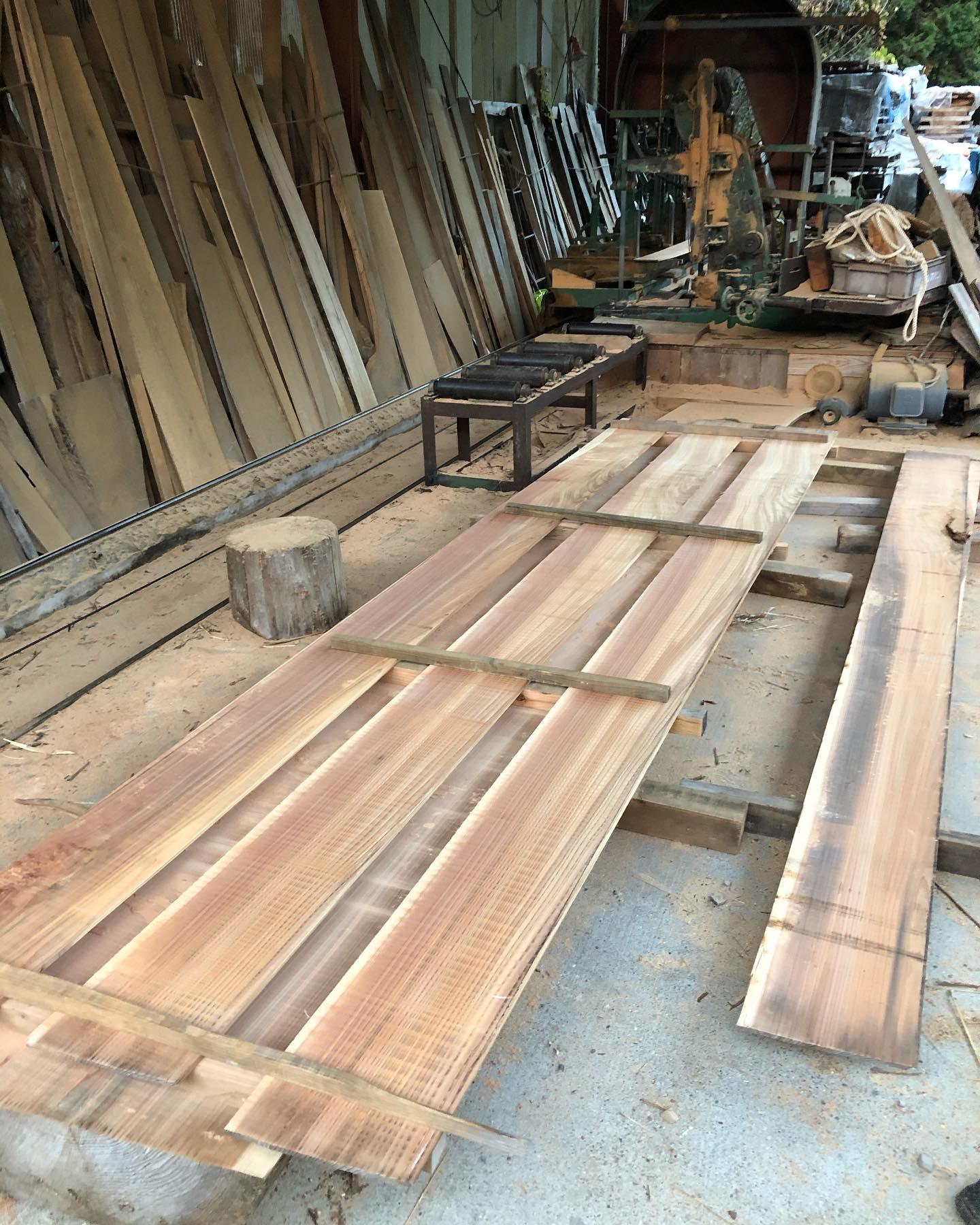 樹齢100年の木頭杉がサーフボードブランクスのストリンガー材になります。この地域の杉の特性は粘り強いしなりがあります。古来から船材として使用されてきたことから、サーフボードにも絶対に適していると思います。そんな素晴らしい県産材のサーフボードに誇りを持って波乗りしませんか〜#woodboardkuku#木頭杉#surfing#surfboard#木頭杉ストリンガー @woodboardkuku @nakawood @indianeagleyasu @corefoamjapan