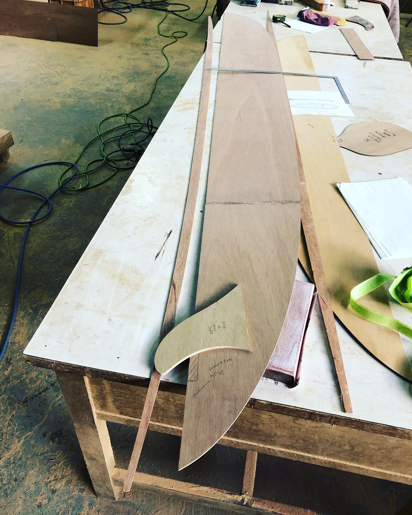 ウッドボード製作開始。フィンテンプレートとロッカーゲージ