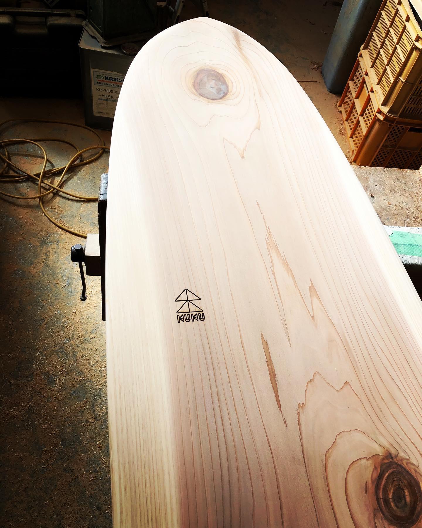 wood board製作レーザー加工でKUKUロゴを入れました〜いよいよ最終の塗装工程へ。#woodboardkuku#木頭杉#樹齢100年 #一枚板#天然木#無垢材#ウッドボード#display #cafe #surfing @woodboardkuku @indianeagleyasu @nakawood