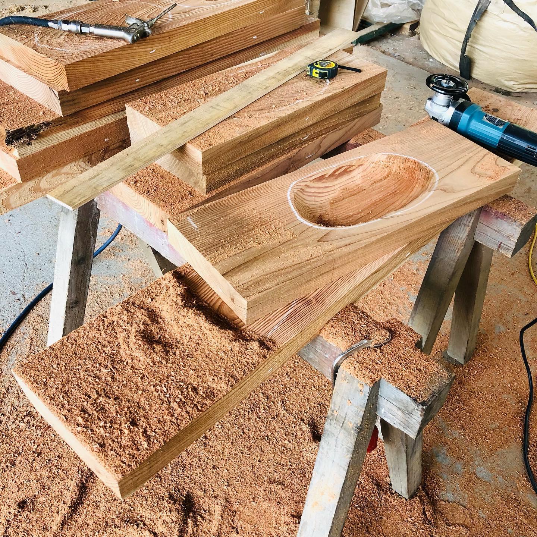 KUKUプレート 木頭杉の手彫り作業開始!